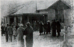 The Frankton congregation after the opening ceremony of the new church in 1959 (left, Southland Times) and in 1989 (right, photo B.A.S. Wilson)
